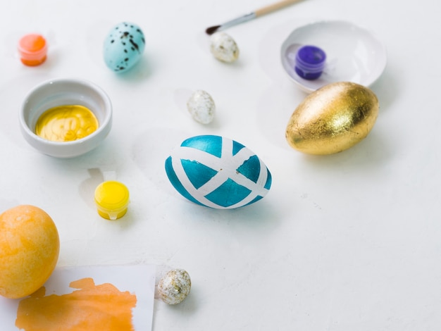 Alto ángulo de huevos pintados para pascua