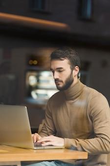 Alto ángulo joven empresario trabajando