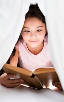 Alto ángulo joven leyendo en casa