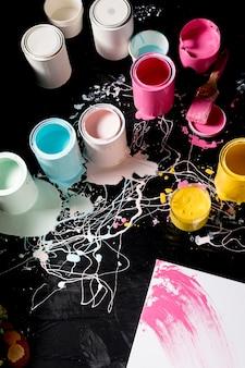 Alto ángulo de latas de pintura de colores.