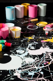Alto ángulo de latas de pintura con pintura
