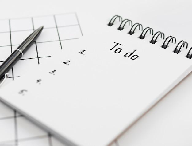 Alto ángulo de la lista de tareas en el bloc de notas