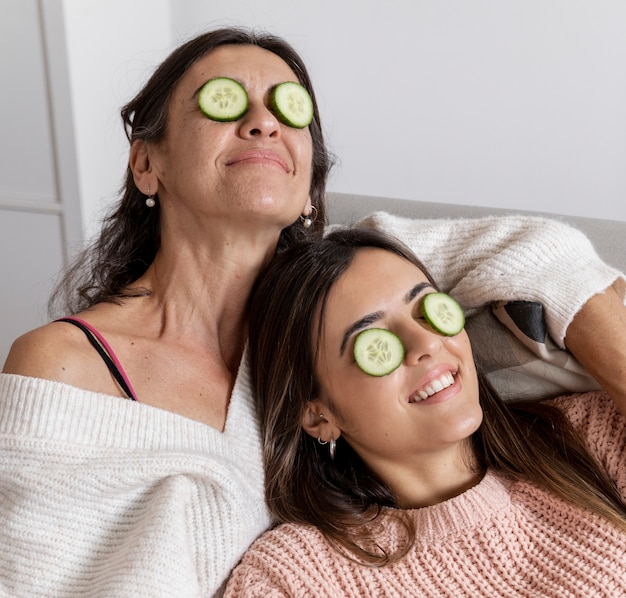 Alto ángulo madre e hija con máscara de ojos