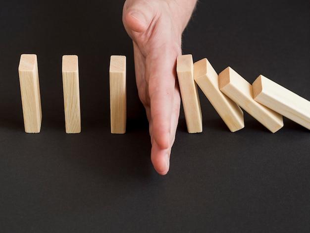 Alto ángulo de la mano con el concepto ecnomy