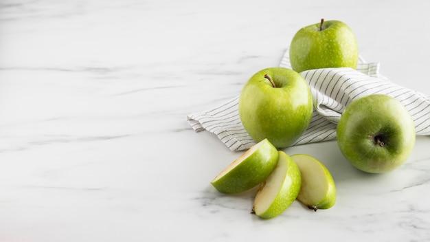 Alto ángulo de manzanas en rodajas en la mesa con espacio de copia