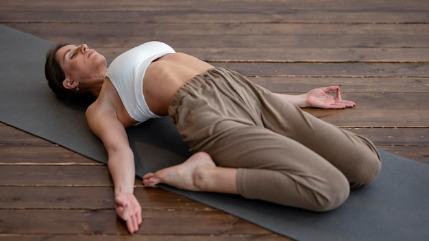 Alto ángulo de mujer en casa practicando yoga