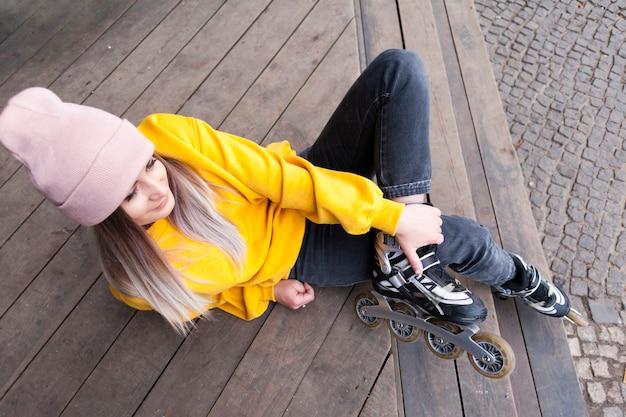 Alto ángulo de mujer con gorro en patines
