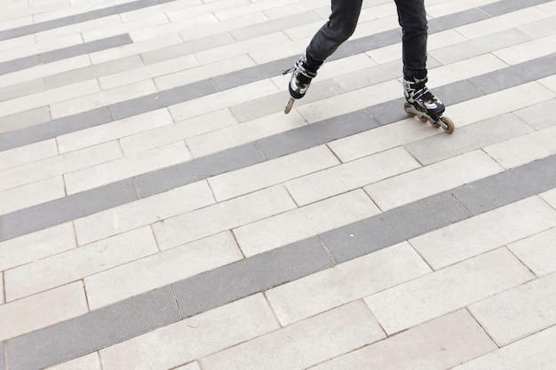 Alto ángulo de mujer en patines con espacio de copia