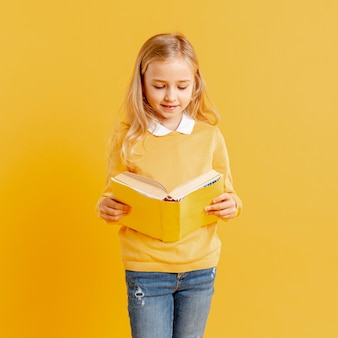 Alto ángulo niña leyendo
