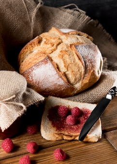 Alto ángulo de pan con mermelada de frambuesa