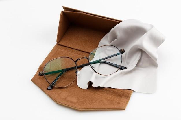 Alto ángulo de par de anteojos en caso con espacio de copia