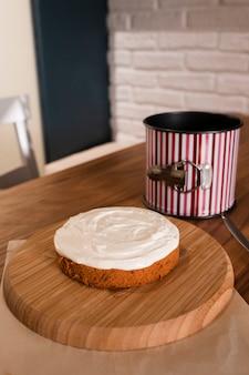 Alto ángulo de pastel con cobertura de crema