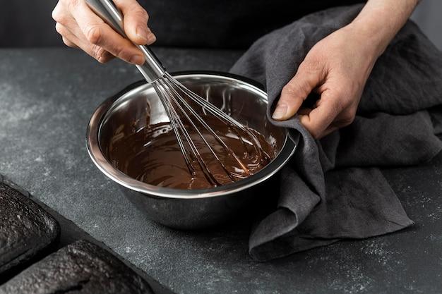 Alto ángulo de pastelero preparando pastel de chocolate