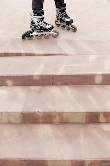 Alto ángulo de patines sobre cemento con sombras