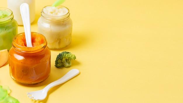 Alto ángulo pequeños frascos de comida para bebés