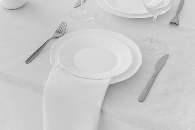 Alto ángulo de placas blancas en la mesa con espacio de copia