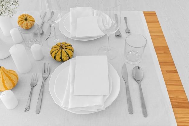 Alto ángulo de platos y lindo sobre mesa blanca