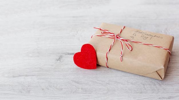 Alto ángulo de presente con corazón y espacio de copia para el día de san valentín