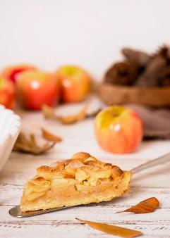 Alto ángulo de rebanada de pastel de manzana de acción de gracias