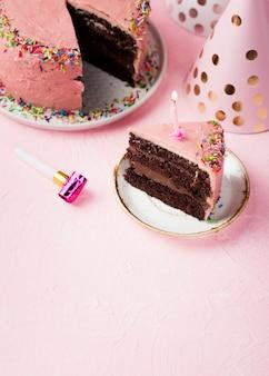 Alto ángulo rebanada de pastel rosa con vela