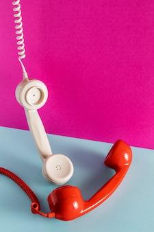 Alto ángulo de receptores telefónicos con cables