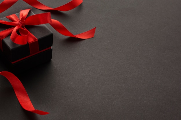 Alto ángulo de regalo elegante con espacio de copia