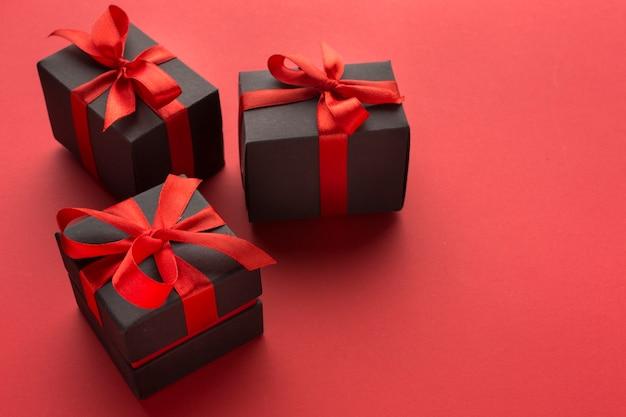 Alto ángulo de regalos con clase con espacio de copia