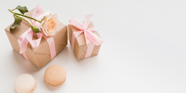 Alto ángulo de regalos con copia espacio y macarons