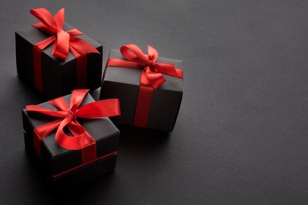 Alto ángulo de regalos elegantes con espacio de copia