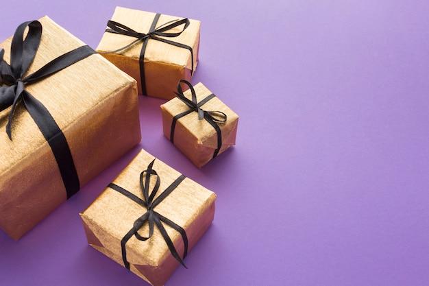 Alto ángulo de regalos elegantes