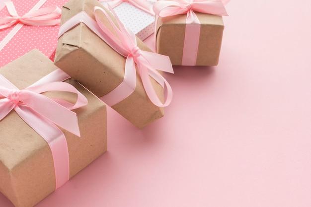 Alto ángulo de regalos rosas con espacio de copia