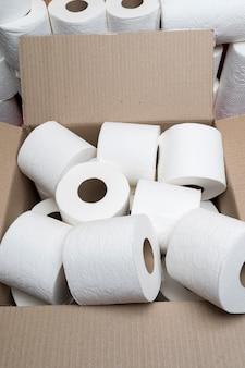 Alto ángulo de rollos de papel higiénico en caja de cartón