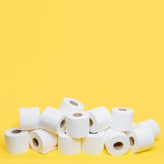 Alto ángulo de rollos de papel higiénico con espacio de copia