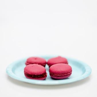 Alto ángulo rosa macarons franceses en placa