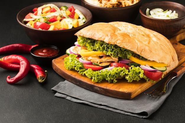 Alto ángulo de sabroso kebab con verduras y platos