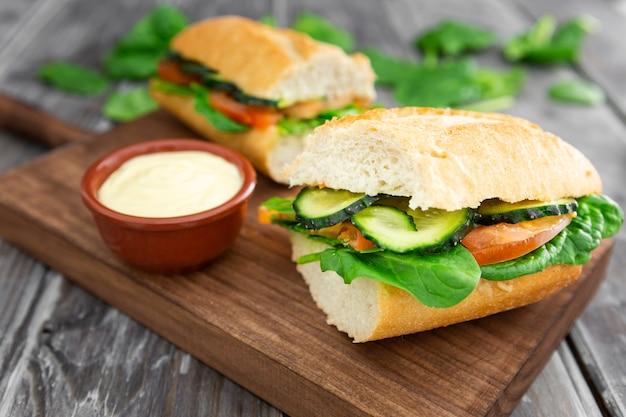 Alto ángulo de sandwich con mayonesa y espinacas
