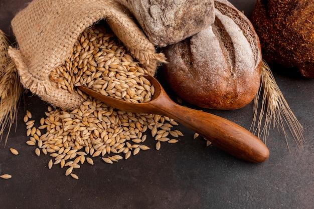 Alto ángulo de semillas de trigo en bolsa de yute