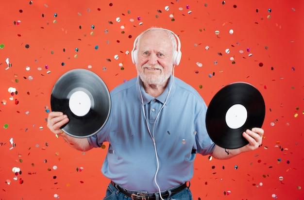 Alto ángulo senior con discos de música