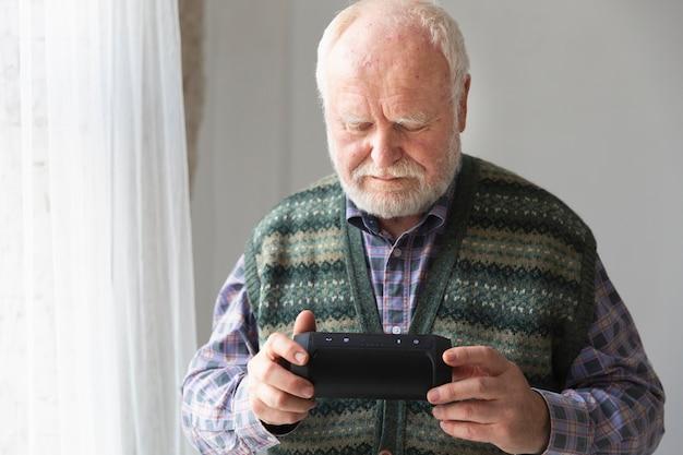 Alto ángulo senior con smartphone