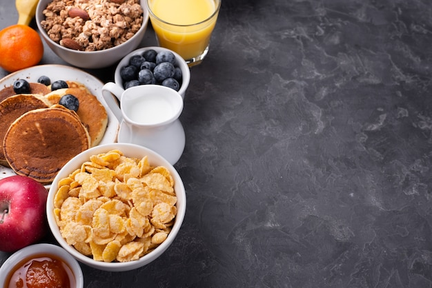 Alto ángulo de surtido de alimentos para el desayuno con espacio de copia
