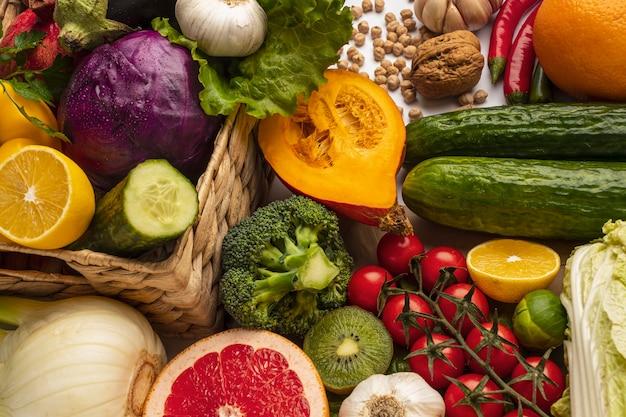 Alto ángulo de surtido de verduras.
