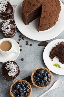 Alto ángulo de tarta de chocolate con tartas de arándanos