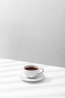 Alto ángulo de taza de café en la mesa con espacio de copia