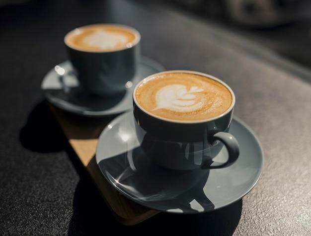 Alto ángulo de tazas de café hechas por barista.