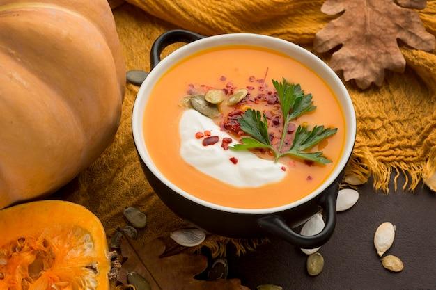 Alto ángulo de tazón con sopa de calabaza de invierno