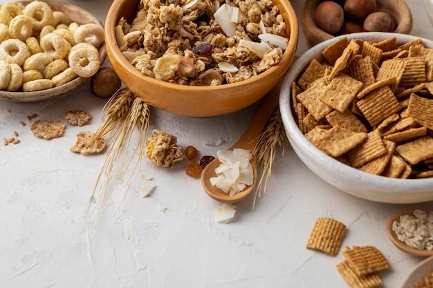 Alto ángulo de tazones con surtido de cereales para el desayuno
