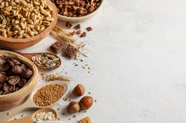 Alto ángulo de tazones con variedad de cereales para el desayuno y espacio de copia