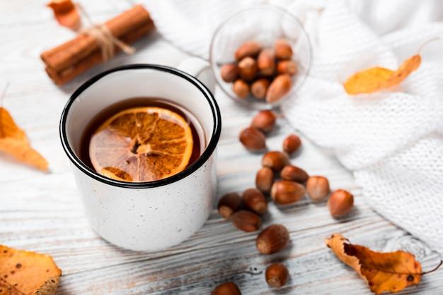 Alto ángulo de té con naranja.