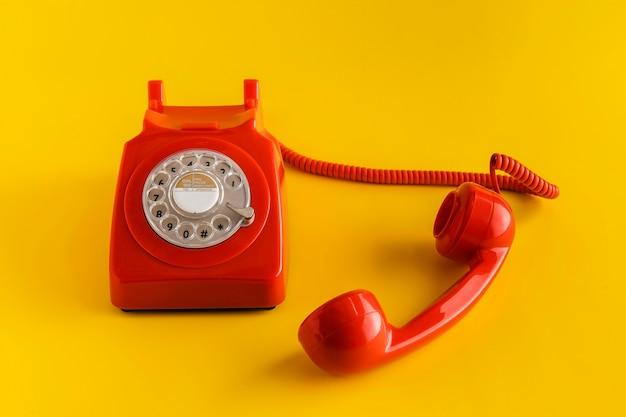 Alto ángulo de teléfono retro