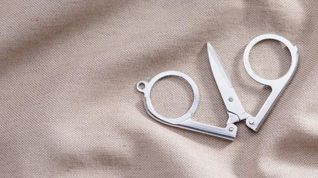Alto ángulo de tijeras en textil